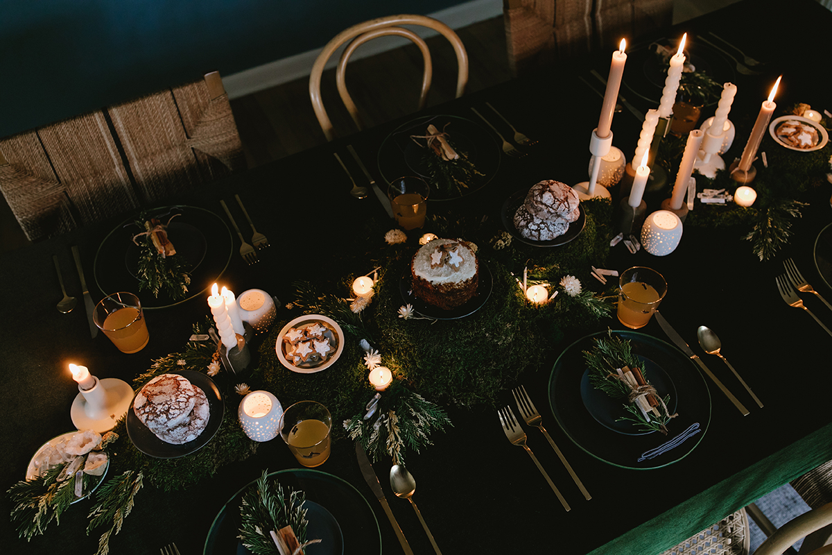 winter-solstice-moss-table-runner-and-candlelight